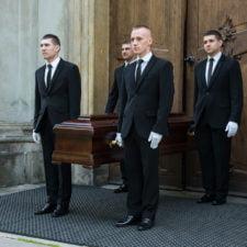 pracownicy zakładu pogrzebowego